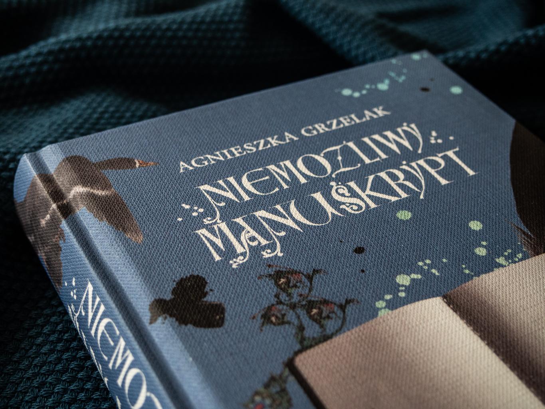 """Okładka książki """"Niemożliwy manuskrypt"""" Agnieszki Grzelak dla Wydawnictwa MG"""